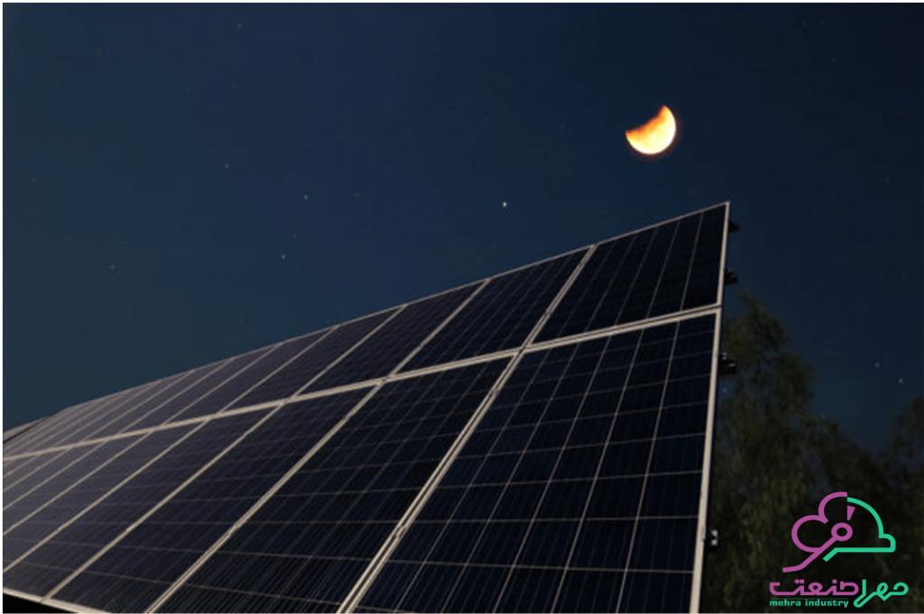 پنل خورشیدی در شب